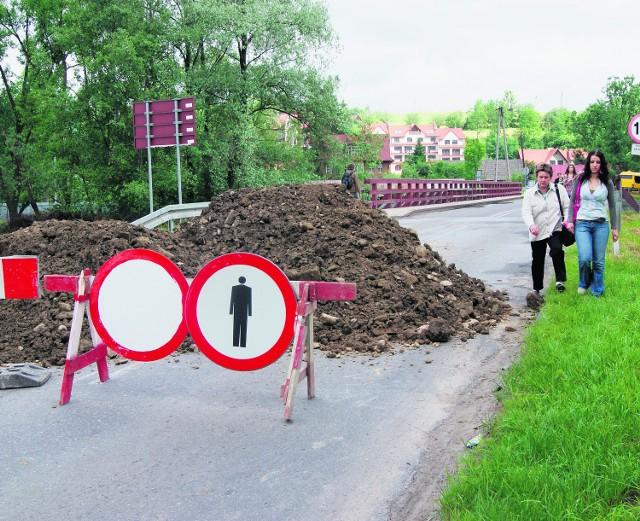 Od tygodnia most jest zamknięty dla ruchu. Objazd dla samochodów możliwy jest tylko przez Skomielną Białą
