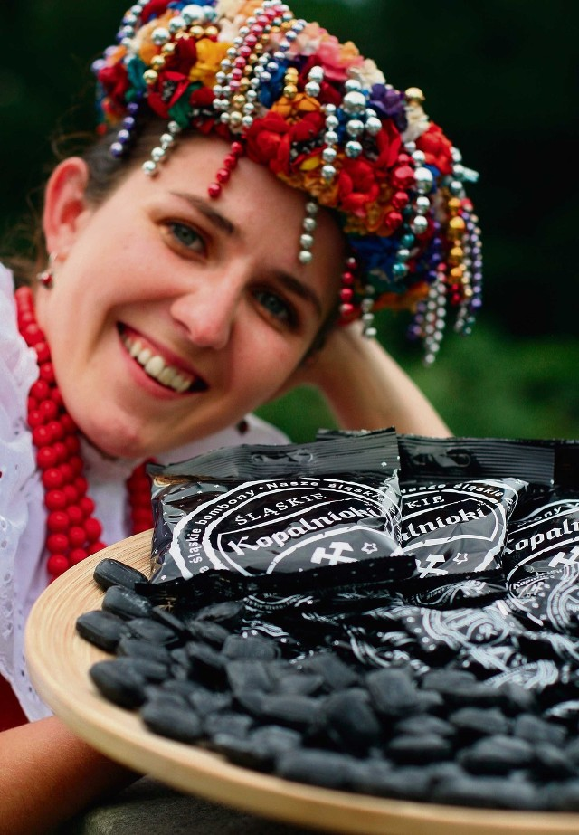 Kopalnioki i szklokiGórny Śląsk ma swoje oryginalne cukierki. Najbardziej znane to kopalnioki, czyli czarne cukierki skomponowane z wyciągów ziołowych z anyżu, melisy, dziurawca i mięty. Swoim kolorem przypominają węgiel, stąd też ich nazwa: kopalnioki. Z kolei szkloki to słodko-kwaśne landrynki, które robione są na bazie soków owocowych.
