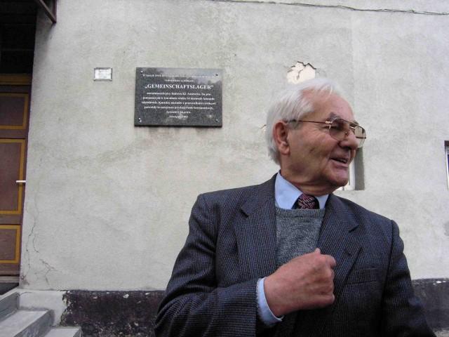 Józef Jancza przed blokami, w których do 1945 roku był obóz robotników przymusowych. Po wojnie na tym terenie był obóz UB