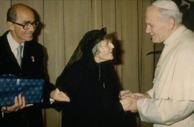 Na zdjęciu papież Jan Paweł II sfotografowany na początku lat 80. z żoną cesarza Karola I, ostatnią cesarzową Austro-Węgier Zytą i ich synem