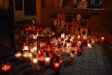 Aborcja, Piotrków: Protest kobiet na Rynku Trybunalskim, 25.10.2020. Znów zapłonęły znicze przed biurem PiS [ZDJĘCIA, FILMY]