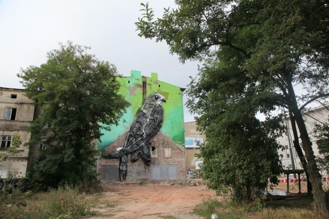 Mural powstał we wrześniu 2015 roku. Jego autorem jest artysta Bordalo II z Portugalii