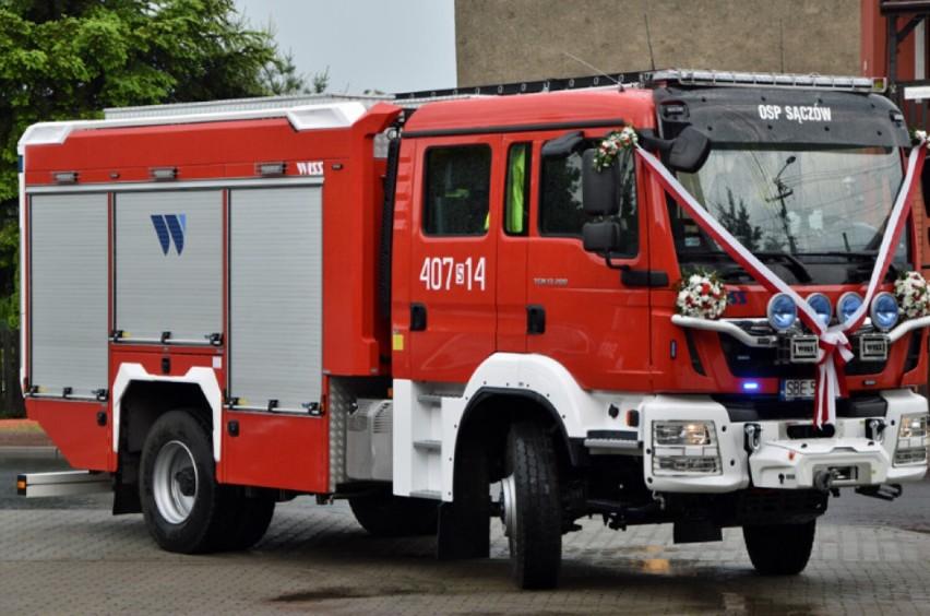 Strażacy OSP w Sączowie oficjalnie powitali w służbie nowy...