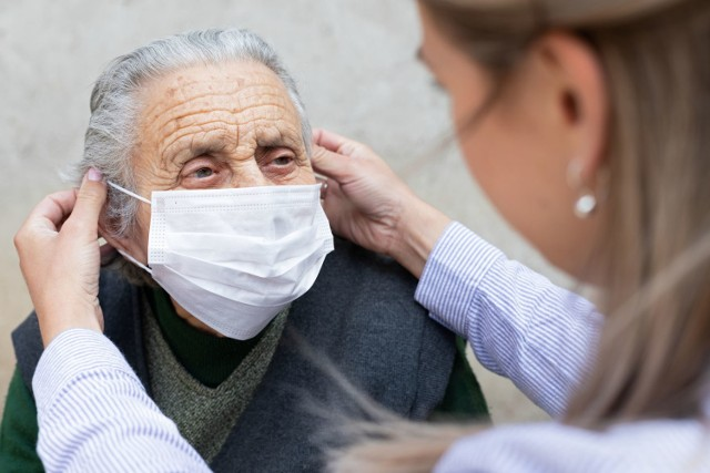 Komplikacje COVID-19 stają się częstsze wraz z wiekiem, choć paradoksalnie w przypadku niektórych z powikłań ich rozwój dotyczy większej liczby osób mających poniżej 65 lat