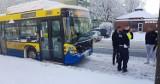 Kolizja dwóch samochodów osobowych i autobusu na alei 3 Maja w Słupsku [ZDJĘCIA]