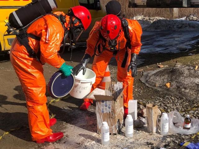Przy ul. Tarnowskiej doszło do wycieku kwasu siarkowego w sortowni firmy kurierskiej. W jakim stanie są pracownicy?