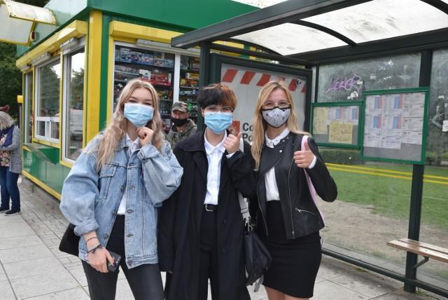 Dominika Nowak, Maria Zbanyszek i Zuzia Pękał nie widzą problemu w noszeniu maseczek. I zawsze w autobusie je zakładają