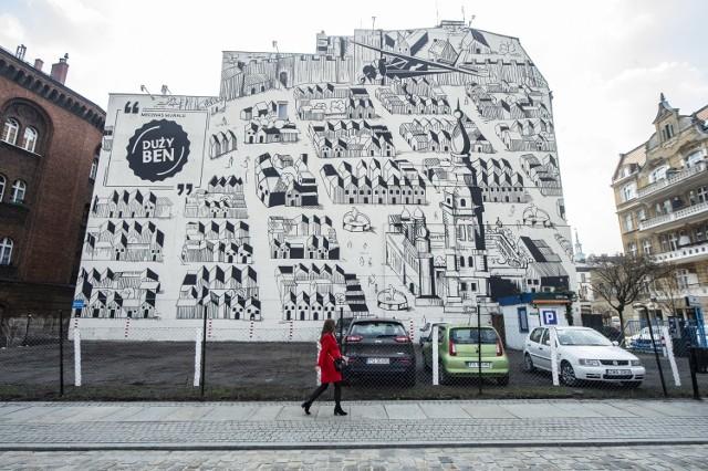 """W ciągu sześciu dni powstał w Poznaniu nowy mural. Mieszkańcy i turyści mogą podziwiać go na ścianie kamienicy przy ul. Szewskiej 14. Ręcznie malowane dzieło o powierzchni 700 metrów kwadratowych przedstawia panoramę średniowiecznego Poznania na podstawie sztychów niemieckich kartografów Brauna i Hogenberga zawartych w """"Civitates Orbis Terrarum"""", dziele wydanym w sześciu tomach w latach 1572-1618. Nowa wizytówka Poznania to wspólna inicjatywa marki Duży Ben i firmie Braughman Group Media.   Zobacz więcej zdjęć ---->"""