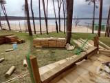 W Sławie, tuż przy nowej plaży powstaje park linowy. Atrakcja wśród drzew będzie otwarta na majówkę