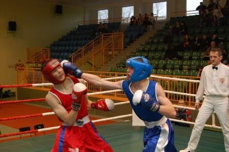 Sylwester Brunka (z prawej) pokonał Rafała Kuczkowskiego w pojedynku zawodników dwóch chojnickich sekcji. FOT. WOJCIECH PIEPIORKA