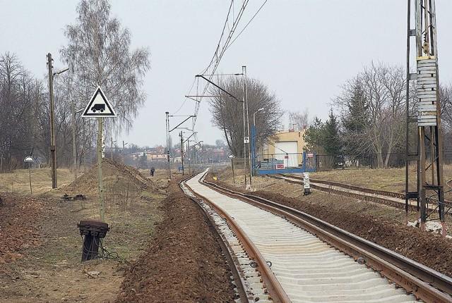 Wymiana toru rozpoczęła się od strony Zgierza, gdzie już położono nowe szyny i podkłady.