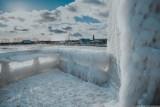 Lodowy port we Władysławowie. Zima, lód i fale Bałtyku zmieniły to miejsce w prawdziwą krainę lodu | ZDJĘCIA