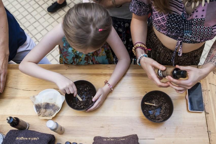 Genialny pomysł. Z fusów po kawie z warszawskich kawiarni...