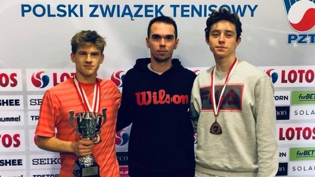 Na zdjęciu (w środku) trener Mateusz Konieczny, założyciel MK Elite Tenis