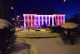 Pruszcz Gdański. Podświetlony urząd miasta w Walentynki. Zobaczcie zdjęcia. Mieszkańcy zachwyceni! |ZDJĘCIA, WIDEO