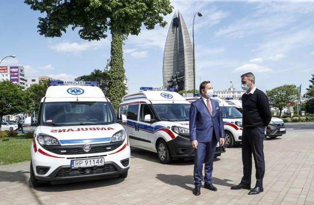 Wszystkie zamówione przez władze województwa podkarpackiego karetki transportowe dla Stacji Pogotowia Ratunkowego już są na Podkarpaciu. W sumie jest ich pięć. Zostały kupione dzięki wsparciu unijnych funduszy. Będą służyć w walce z koronawirusem w Stacjach Pogotowia w Rzeszowie, Przemyślu, Krośnie, Sanoku i Mielcu.   Ambulanse, które trafiły na Podkarpacie to to samochody Fiat Doblo Multijet. Mają na wyposażeniu nosze transportowe i fotele kardiologiczne do realizacji zadań transportów sanitarnych, w tym wymazowych.  Karetki kosztowały ponad 150 tys. zł każdy i zostały zakupione ze środków skierowanych na walkę z koronawirusem w ramach Regionalnego Programu Operacyjnego Województwa Podkarpackiego na lata 2014-2020.   Województwo podkarpackie przeznaczyło na zakupy medyczne z RPO w sumie 50 mln zł. Wcześniej zostało kupionych 7 samochodów dla Stacji Sanitarno-Epidemiologicznych, a pod koniec czerwca na Podkarpacie trafi 10 kolejnych ambulansów sanitarnych.