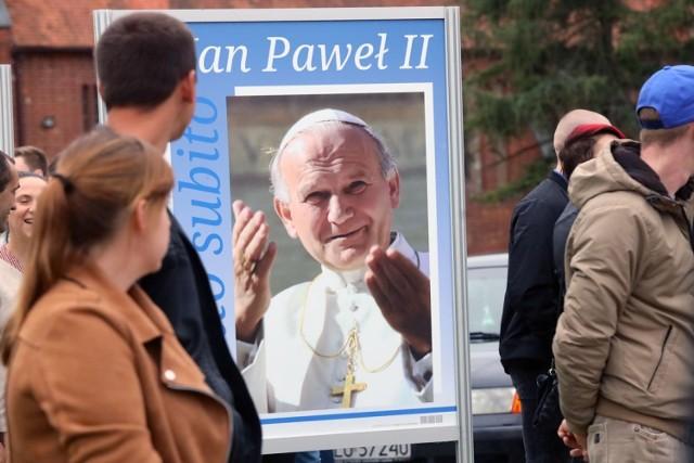 Wystawa plenerowa o papieżu Janie Pawle II w Lubinie.