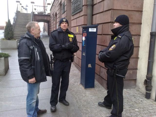 -Co panowie tu robicie? Lepiej patrolujcie bardziej zagrożone zaułki - radny Stanisław Szyszka pytał wczoraj strażników miejskich Adama Marksa (w środku) i Rafała Celmera