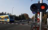 """Przejazdy kolejowe w Opolu, Osowcu i Kałach są już strzeżone. Pojawiły się rogatki i światła, zniknęły znaki """"STOP"""""""