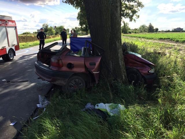 Opel astra wypadł z drogi i uderzył w drzewo. Pomimo prowadzonej reanimacji nie udało się uratować 35-letniego kierowcy i 34-letniego pasażera.    Do zdarzenia doszło na wyjeździe z Unisławia, w stronę Stablewic.. Około godziny 15.00 dyżurny chełmińskiej policji otrzymał zgłoszenie o wypadku drogowym.  Jak wynika ze wstępnych ustaleń policjantów, na łuku drogi kierujący oplem nie zapanował nad pojazdem, zjechał na przeciwległy pas ruchu i uderzył w przydrożne drzewo. Pierwsi na miejscu wypadku już po chwili byli policjanci z Unisławia. Siła uderzenia była tak duża, że aby wyciągnąć podróżujących mężczyzn i udzielić im pomocy należało użyć specjalistycznego sprzętu straży pożarnej.  Pomimo prowadzonej reanimacji nie udało się uratować 35-letniego kierowcy i 34-letniego pasażera.     Policjanci z chełmińskiej komendy na miejscu zabezpieczyli ślady i ustalili świadków. Przyczynę śmiertelnego wypadku ustali śledźtwo prowadzone nadzorowane przez prokuratora.