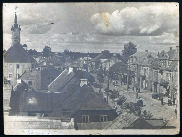 Panorama Bielska Podlaskiego - ratusz, rynek i okoliczna zabudowa miejską. U dołu na marginesie napis ołówkiem: Bielsk 1937.