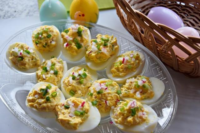 Jajka faszerowane z rzodkiewką i selerem naciowym to dobry pomysł na śniadanie wielkanocne. Sprawdź!
