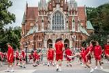 """Garbarnia Kraków. Młodzi """"Brązowi"""" na płycie Rynku Podgórskiego z okazji 100-lecia klubu [ZDJĘCIA I FILMIK]"""