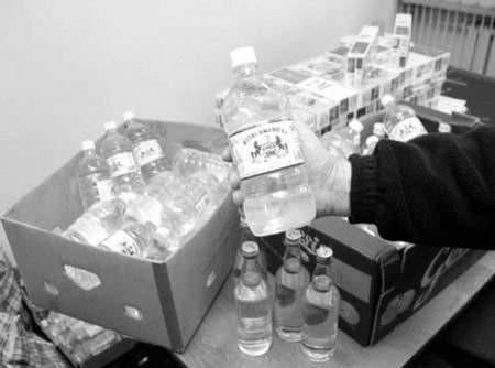 Policja w ubiegłym tygodniu zarekwirowała około 640 litrów alkoholu niewiadomego pochodzenia.
