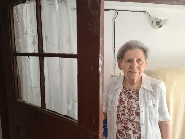 Pani Sylwia Dullin przy drzwiach pralni. To w nich właśnie ponad sto lat temu miał się pojawiać duch dawnego właściciela kamienicy.