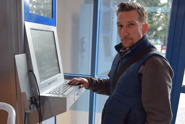 Jeden z infokiosków stoi w Parku Wodnym przy ul. Piłsudskiego. - Cóż z tego, że takie urządzenie tu jest, skoro w ogóle nie można z niego skorzystać. Wtyczka jest od łączona od sieci - mówi Dominik Wrochniak