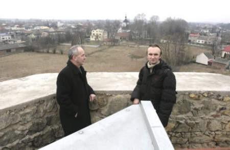 Grzegorz Podlejski (z lewej) i Artur Rok już przetestowali nowe miejsce widokowe. Fot. Olgierd Górny