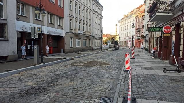 Ulica Zamkowa w Kaliszu częściowo opustoszała. Budują tutaj woonerf. Trwa kolejny etap prac