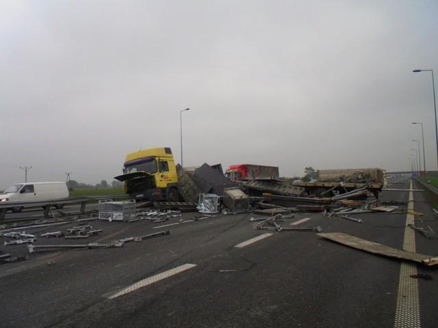 Wypadek tira na autostradzie A4 koło Bochni, droga została zablokowana na wiele godzin
