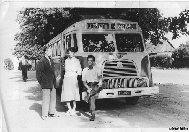 Autobus pierwszej miejskiej linii na końcowym przystanku na Pobitnym, lata '50 XX w.