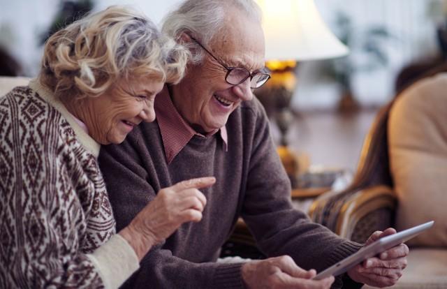 Zaburzenia pamięci, problemy z orientacją w przestrzeni, nieprawidłowe dobieranie słów czy zmiana tembru głosu mogą wskazywać na otępienie spowodowane zmianami naczyniowymi w mózgu, które przyczyniają się do rozwoju choroby Alzheimera.   Im wcześniej zauważymy symptomy świadczące o chorobie, tym więcej nasi bliżsi mają szans na to, że uda się im pomóc!   Sprawdź, na co zwrócić uwagę, by wykryć pierwsze objawy alzheimera i zacznij uważnie obserwować swoich bliskich.  Zobacz kolejne slajdy, przesuwając zdjęcia w prawo, naciśnij strzałkę lub przycisk NASTĘPNE.