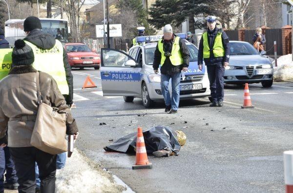 Auto musiało mieć sporą prędkość, bo siła uderzenia odrzuciła kobietę kilkanaście metrów dalej.