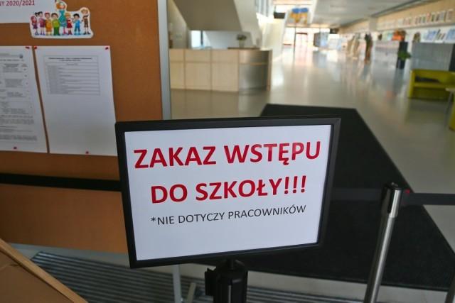 Minister Przemysław Czarnek po raz kolejny poinformował o możliwym terminie zakończenia nauki zdalnej. Podczas rozmowy, która ukazała się na antenie TVP Info, wyjaśnił, że powrót do nauczania stacjonarnego może nastąpić już w kwietniu. Minister zastrzegł jednak, że muszą zostać spełnione określone warunki.    Czytaj dalej na kolejnym slajdzie
