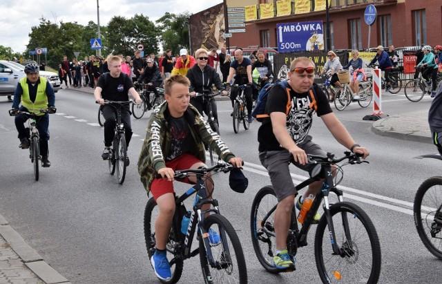 """Już po raz siódmy odbył się w Kruszwicy festyn """"Kujawskie Nowalijki"""", podczas którego promowano zdrową żywności i zdrowy styl życia. Po raz pierwszy festynowi towarzyszył rajd rowerowy """"Jedziemy po zdrowie"""". 35-kilometrową trasę z Kruszwicy do Rechty, gdzie zwiedzano miejscowy zabytkowy kościół, i z powrotem do Kruszwicy pokonało 164 cyklistów z Kujaw, Wielkopolski i Śląska. Na turystów czekały pod Mysią Wieżą medale i certyfikaty udziału w rajdzie."""