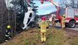 Strażacy usunęli drzewo z drogi i... dostrzegli auto kołami do góry leżące w potoku