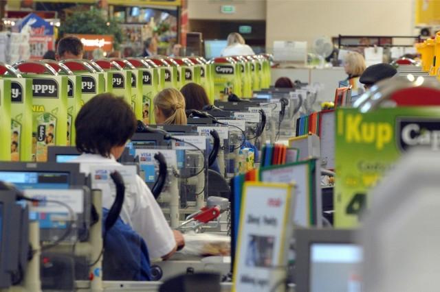 Od nowego roku sieci handlowe podnoszą zarobki swoich pracowników. W Biedronce, Kauflandzie podwyżki. Doświadczeni kasjerzy w Biedronce zarobią powyżej 3,8 tys. zł brutto. Jednak więcej zarabiać mają nie tylko kasjerzy, czy kierownicy, ale także pracownicy centrów dystrybucyjnych. Z kolei w Kauflandzie każdy pracownik będzie zarabiał przynajmniej o 200 złotych więcej. Zobacz, jak będą wyglądały zarobki w 2021 roku w Kauflandzie, Biedronce czy Lidlu. Przejdź dalej --->