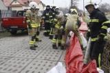 Ćwiczenia powodziowe strażaków przy rzece Karwianka w Karwi. W akcji wzięło udział 14 jednostek z powiatu puckiego