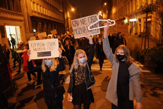 Protestujący zebrali się na placu Wolności w sobotę o godz. 17, by następnie wspólnie przejść ulicami miasta: Fredry, most Teatralny, Kaponiera, plac Mickiewicza, Święty Marcin i Ratajczaka.