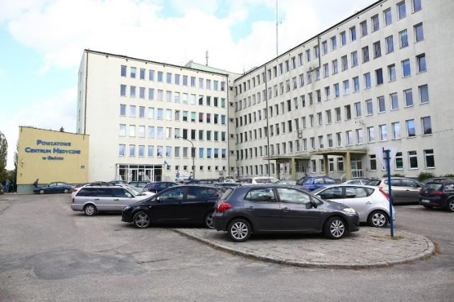 W Powiatowym Centrum Medycznym w  Grójcu wprowadzono zakaz odwiedzin pacjentów. Sa one możliwe tylko w wyjątkowych sytuacjach, ale za zgoda ordynatora oddziału lub lekarza dyżurnego.