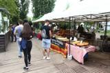 Wegańskie smakołyki na Wege Bazarze w Warszawie. Miłośnicy bezmięsnych dań ucztowali pod chmurką