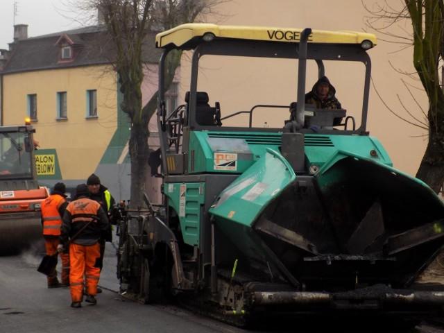 Od wczoraj na ul. Przykop trwa układanie asfaltu. Odbiór techniczny zaplanowano na 14 grudnia.