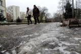 Łodzianin przewrócił się idąc do pracy! Obwinił miasto. Urząd Miasta stwierdził, że padał śnieg...