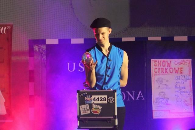 """Żonglerzy, szczudlarze, magik z grupy """"Art Show"""" wystąpili podczas  """"Cyrkowego show"""" na rzecz  Szymona Wojtasia w Kijewie Królewskim."""