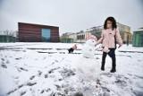 Wrocław. Ta dziewczynka pierwszy raz w życiu zobaczyła śnieg. Ale radość! (ZOBACZ ZDJĘCIA)