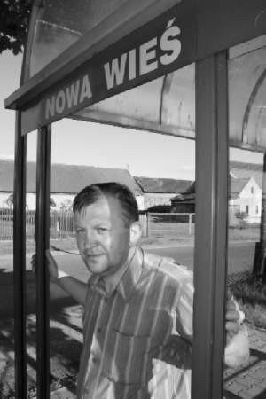 – Mieszkańcy naszej wsi nie będą mieli jak dojechać do pracy i do szkoły – mówi Kazimierz Marcichowski.   FOT. BERNARD £ÊTOWSKI