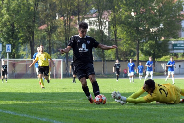 W rundzie jesiennej obecnego sezonu zespół BKS-u Bochnia (czarne stroje) zanotował na swoim koncie siedem zwycięstw, cztery spotkania zremisował i pięć przegrał